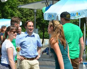 Der Landtagsabgeordnete Andreas Lorenz (CSU) diskutiert mit Jungwählern. | Foto: ho